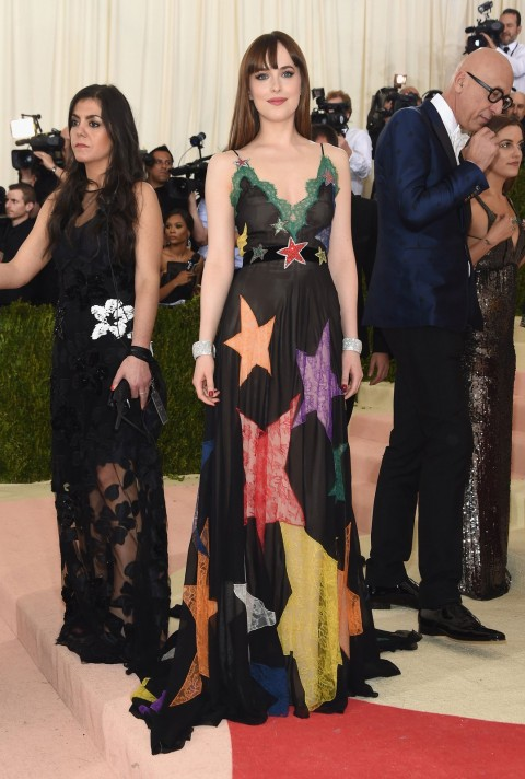 Met Gala 2016 covorul rosu Dakota Johnson in Gucci